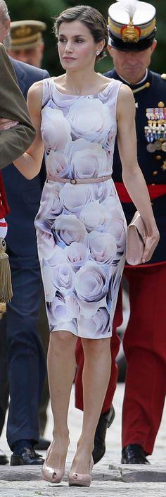 La Reina ha viajado hoy a Zaragoza para presidir junto al Rey un acto castrense en la Academia General Militar, 14.07.2016. Con un modelo de Hugo Boss con estampado de flores