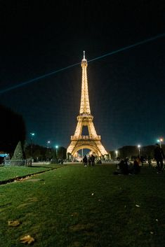 This itinerary for 4 days in Paris includes all the best sights and routes to explore. Find out what to do in Paris for 4 days with this detailed guide. Tour Eiffel, Torre Eiffel Paris, Places To Travel, Travel Destinations, Places To Visit, Paris Travel, France Travel, Montorgueil Paris, 4 Days In Paris