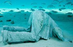 Die Skulpturen von Jason deCaires Taylor stehen in keiner Galerie – sondern auf dem Meeresgrund. Weitere Bilder und Infos: http://www.travelbook.de/welt/Spektakulaerer-Unterwasserpark-Wo-Kunst-von-der-Natur-geformt-wird-508277.html  (Credit: www.jasondecairestaylor.com)