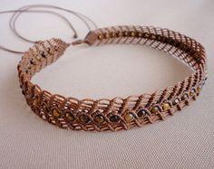 collar macrame / retractor / flor colgante con granos por Knotify