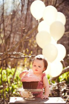 Cake Smash Photo Session Vintage Outside Baby Girl with pink romper and balloons. | colimaciestudio.com | Colimacie Studio Photographe Sherbrooke