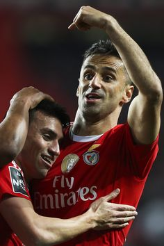 Jonas faz dois e reassume ponta da Chuteira de Ouro em vitória do Benfica #globoesporte