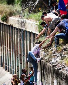 Un grupo de protestantes pacíficos contra el gobierno de Nicolás Maduro fue acorralado por las fuerzas policiales, pero se ayudaron mutuamente a escapar.