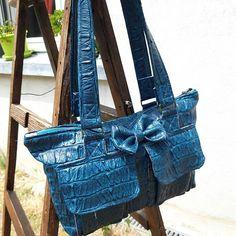 melirikanee Bonjour 😊🌞 et voilà ma 2ème version du sac boléro de @patrons_sacotin je l'ai fait quelques jours après le 1er 😅 il me plaît tellement, la taille est parfaite et j'adore ce modèle 😍 en voyant c simili bleu magnifique j'ai vu ce sac 😜  Ils ont quasiment remplacé mon sac à main préféré @vendulalondon 😜😎 #diy #sacotin #sacbolero #faitmain #coutureaddict #cousumain #mrk #melirikane #sacotinaddict #besoindecoudre #enfermezmoidansmonatelier #sew #sewingaddict #creative #handsewing #