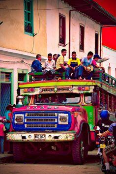 Chiva, autobús tradicional colombiana. Se ven como mucho  diversión