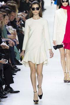Le défilé Christian Dior automne-hiver 2014-2015 http://www.vogue.fr/mariage/tendances/diaporama/les-robes-blanches-de-la-fashion-week-automne-hiver-2014-2015/17870/image/985478#!tendance-mariage-le-defile-christian-dior-automne-hiver-2014-2015