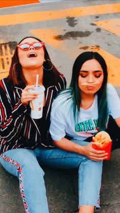 Fast Food Shooting: Mc Donalds photography with vintage vibes. Best Friend Fotos, Girls Best Friend, Tumblr Photography, Photography Poses, Lgbt, Best Friends Shoot, Friend Photos, Friend Pictures, Tumblr Girls