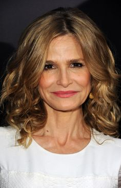 Kyra Sedgwick Medium Curls - Kyra Sedgwick wore her hair in shoulder-sweeping curls for the premiere of 'The Possession. Kyra Sedgwick, Medium Curls, Medium Hair Cuts, Medium Waves, Medium Hair Styles For Women, Short Hair Cuts For Women, Curly Lob Haircut, Super Hair, Curly Girl