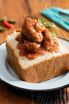 Soak up the fun of serving South Africa's favourite stew in a bunny chow bread bowl, as we give Durban's iconic street food a bredie twist. What could be more South African than that? Slow Cooker Recipes, Crockpot Recipes, Salted Caramel Fudge, Salted Caramels, South African Recipes, Africa Recipes, Malva Pudding, Bread Bowls, Oreo Cake