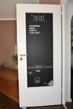 Tür mit Tafelfolie umgestalten ▼▼ Great idea to beautify my door with blackboard foil! colorful-is-my-li … Apartment Makeover, Diy Apartment Decor, Student Room, Diy Casa, Blackboards, Home Decor Trends, My New Room, Simple House, Interior Decorating