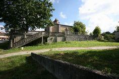 Arjuzanx - Landes - Posée sur une plate-forme, l'église semble classique. Pourtant, en approchant, elle nous conte sa vie tumultueuse et ses systèmes défensifs.