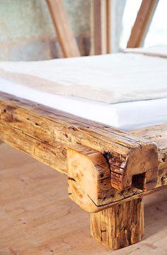 rustikales bett aus handgehauenen dachbalken einer alten. Black Bedroom Furniture Sets. Home Design Ideas
