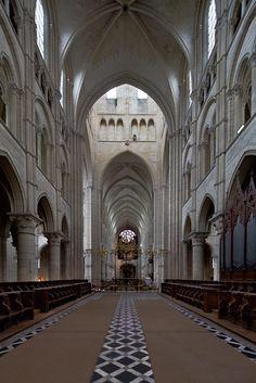 Choir, looking west, Cathédrale Notre Dame de Laon, Laon (Aisne)  Photo by Dennis Aubrey