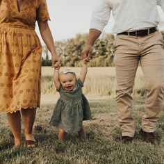 family photography with baby , Family Photos Summer Family Pictures, Family Photos With Baby, Outdoor Family Photos, Fall Family Photos, Family Pics, Young Family Photos, Casual Family Photos, Farm Family, Country Family Photos