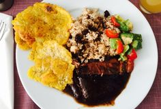 Posta negra cartagenera / Meat in black sauce All Vegetables, Spicy Recipes, Sauce, The Dish, Cilantro, Stew, Yummy Food, Stuffed Peppers, Dishes