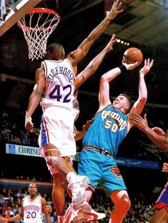 Bryant Reeves shoots over Jerry Stackhouse Basketball Legends d8d77540f