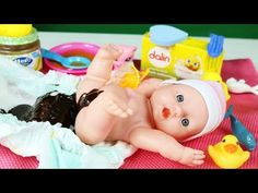 Η μαμά παίζει με το μωρό, το ταΐζει, το αλλάζει, το κάνει μπάνιο και το κοιμίζει! - YouTube