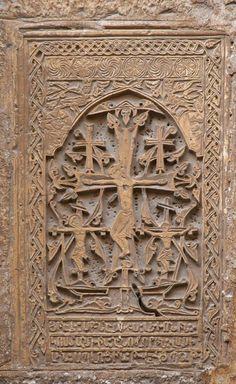 Յուրահատուկ խաչքար խաչելության տեսարանով (Սրբոց Յակոբեանց Վանք, Երուսաղեմ), որտեղ Քրիստոսից բացի ներկայացված են նաև Գողգոթայում խաչված երկու ավազակները: Jerusalem - Carved khatchkar (Armenian Cathedral of St. James).