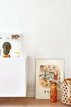 Kuitutapetti, joka liimataan suoraan seinälle. Valmistettu Ruotsissa, valmistaja Majvillan.  Suunnittelija Charlotta Sandberg. Ympäristöystävällinen. 0,53x10,05 m. Suora kuvionkohdistus 53x53 cm. <br><br>