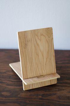 Todos han visto éstos alrededor. Lo que diferencia a estos es que son portátiles. Hecha de madera contrachapada de abedul son ligeros y fáciles de desarmar. Con un perfil elegante delgado puede tomarlas en cualquier lugar y con un stand, estación de acoplamiento, o estación de carga. Hay un orificio en el centro para fácil carga. La banda también mantiene las piezas juntas para el transporte fácil. Si lo desea, puede adjuntarlos a su dispositivo con la banda. También puede el color de la pie…