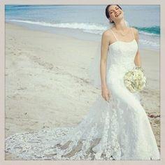 Hermoso vestido de novia en satín recubierto con encaje rebordado y apliques, corte princesa y cola semicatedral, ideal para una romántica boda en la playa, en http://mivestidodenovia.co/alfred-angelo/12-alfred-angelo-1816-.html