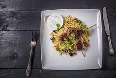 Fűszeres kebab - Kuszkusz salátával, mentás joghurttal | A kuszkusz hagyományosan Marokkó, Tunézia és Algéria nemzeti eledele. Alapja a búzadara, amit egészen kicsi gömbökké morzsolnak, majd több napig szárítanak. Az autentikus recept szerinti elkészítése nagyon érdekes és idő hatékony, hiszen amíg egy speciális, két részből álló gőzölő edény felső részében párolódik a kuszkusz, addig az alsó részében fő a leves, vagy puhul a bárány, csirke vagy éppen a zöldség. A kuszkusznak sós és édes… Keto, Food, Yogurt, Essen, Meals, Yemek, Eten