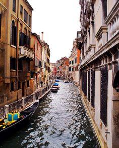 Veneza: a melhor forma de conhecer é ir caminhando sem mapa. #malasepanelas #veneza #italia #viagem #fotodeviagem #viajoteca #instatravel #instagood #travelgram #bestoftheday #globetrotter #wanderlust