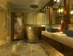 idee de salle de bain, sol en pierre naturelle, baignoire ronde, comptoir en mosaique, vasques noires
