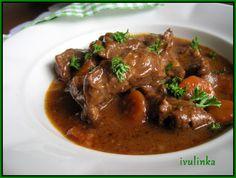 Hovězí maso nakrájíme na nudličky, osolíme je a posypeme čerstvě umletým pepřem.V tlakovém hrnci rozehřejeme sádlo a osmažíme dohněda na kostičky... No Salt Recipes, Cooking Recipes, Russian Recipes, Stew, Food And Drink, Health, Foods, Polish, Sweets
