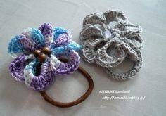 「最後まで糸を切らずにお花のヘアゴム♪」面倒くさがり屋さんのために糸始末をなるべく少なく! お花モチーフを後付けにしないヘアゴムの作り方です(*^_^*)[材料]お好みの糸(毛糸・コットン・リネンなど)/ビーズやボタンなどの飾り/ヘアゴム