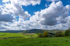 'Wolken ziehen über die Landschaft im Frühling' von Ronald Nickel bei artflakes.com als Poster oder Kunstdruck $7.13
