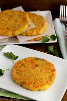 Medaglioni di patate zucchine e carote New Cooking, Easy Cooking, Healthy Cooking, Cooking Recipes, Cooking Kale, Gourmet Cooking, Cooking Videos, Hamburger Vegetariano, Cena Light