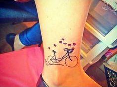 foto de tatuagem no tornozelo de bilicleta com corações escapando do cesto