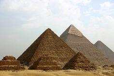 Pirâmide de Menkaure, Pirâmide de Khafre e Grande Pirâmide de Khufu. Giza, Egito.
