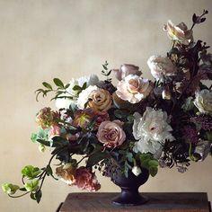 BEAUTIFUL BLOOMS | Incredible floral arrangement by @tincanstudios #weddingflowers #weddinginspo #weddingideas #floralarrangement by magnoliarouge