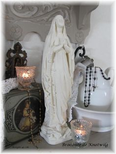 Nice way to display a rosary and Mary statue. something like this on an entry or hall table Praying The Rosary, Holy Rosary, Divine Mother, Blessed Mother Mary, Religious Images, Religious Art, Madonna, Jeanne D'arc Living, Catholic Altar
