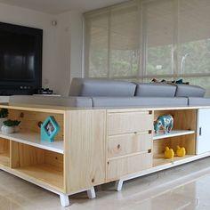 Mesa consola con estantes detras del sof de cuero en el - Mueble detras sofa ...