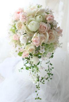 レースあしらいの素敵なドレスにあわせて、綱町三井倶楽部さまへお届けしました。淡いピンクと白が繊細な模様で溶け合うように。優しい雰囲気のお二人は何度も一会の...