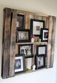 Simpel, maar zo leuk. Pallet aan de muur en houten fotolijstjes erin