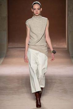 (Victoria Beckham - Fall 2015 RTW) I svetr je pečlivě rozstříhaný a sestavený tak, aby vzniklo řasení, které vypadá ležérně náhodně, ale není. Skvělé.