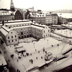 BASTUGATAN                                                Harry Martinson och Ivar Lo – Johansson – Foto: Gunnar Lundh Den 22 april 1593 firade den österrikiske krigsfången Erik Lassota… Old Pictures, Old Photos, About Sweden, Stockholm Sweden, Guinness, Vintage Photographs, Louvre, Black And White, Building