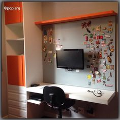 Projeto de home office no quarto! 👓💻📚 Fizemos uma pintura fosca no painel metálico, para combinar com a marcenaria em laca acetinada. Os puxadores-cava das portas e gavetas completam o visual mais suave. #homeoffice #homeofficeideas #marcenaria #laca #escrivaninha #painelmetalico #arquitetura #arquiteturadeinteriores #instadecor @marcenariavarua
