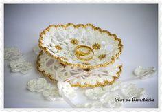Runder gehäkelter Ringschale für Hochzeit mit goldenen Details.    Der Ringschale besteht aus kleinen weißen Blümchen mit weißen Blüten goldene in ...