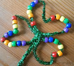 clover, Ireland, preschool and kindergarten crafts, white and green patterns, rainbow patterns, pony beads, pipe cleaners, chenille steams