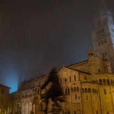 """""""La niebla, la noche, una catedral... y una bici. ¿Qué puede haber más representativo del invierno en Módena, Italia? - Instagram by saltaconmigo"""
