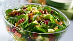 Spinach, apples, cranberries, and bacon. This Warm Bacon & Shallot Spinach Salad is deliciously perfect for lunch. Salad Bar, Soup And Salad, Farro Salad, Salad Bowls, Quiche, Spinach Salad Recipes, Bacon Salad, Cheese Salad, Potato Salad