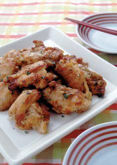 バジルの香りをうつした鶏肉をカリッと焼きつけて。返しながら、じっくり火を通します。