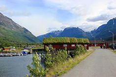 Die Manndalen Sjøbuer liegen am Hafen von Samuelsberg am Kåfjord, einem östlichen Seitenarm des Lyngenfjordes. Die 8 Sjøbuer sind hübsch hergerichtet, mit schönem Blick auf den Fjord und einer Sauna und bieten jeweils vier Personen Platz.  Das Manndalen ist ein ganz besonderes Tal, da hier die alten Kulturen der Samen, Kven und Norweger noch sehr lebendig sind. Das Senter for nordlige folk liegt nur ein paar Kilometer weiter oben im Tal und beherbergt neben einem Museum auchManndalenSjøbuer…