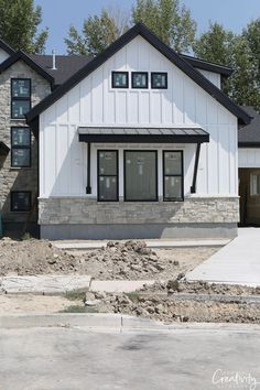 Farmhouse Exterior Design Ideas - The farmhouse exterior design absolutely reflects the entire design of your home as well as the family members custom as well. The modern farmhouse design is not only for. Modern Farmhouse Exterior, Farmhouse Design, Farmhouse Style, Farmhouse Windows, Farmhouse Ideas, Rustic Farmhouse, Small Modern House Exterior, Modern Garage, Exterior Siding