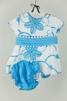 Talla 18 meses. Increíble vestido blanco con flores bordadas en azul turquesa y gran fajín. Incluye un culetín turquesa a conjunto. Lo firma la marca LARRANA.  Su primera vida transcurrió en la ciudad de Fuerteventura.  Embroidered Flowers, Blue Nails, 18 Months, White Gowns, Parts Of The Mass, City
